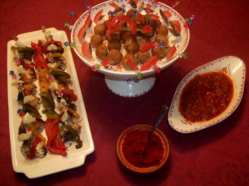 Sardines marinées, sardines en boulettes aux herbes et tomates avec épices