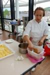 M'Barka prépare les desserts